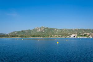 Sonne am Morgen vor Sardinien mit blauem Wasser