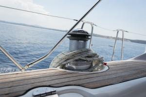 Winde auf der Segelyacht mit Blick aufs Meer