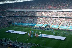 Banner beider Mannschaften auf dem Spielfeld.