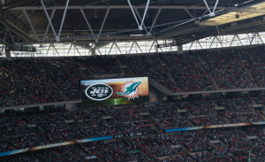 Logos von New York Jets und Miami Dolhpins auf der Anzeigetafel