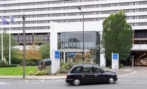 Novotel London West - Eingang mit Londoner Taxi