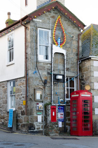 Mousehole Harbour Office - mit Kerze für die Christmas Lights