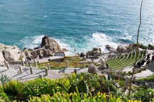 Die Wellen schlagen gegen die Küste Cornwalls