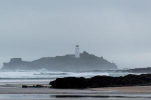 Leuchturm vor der Küste Cornwalls im Nebel versteckt