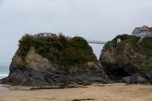 Häuser auf Felsen, mit Brücke verbunden - in Newquay
