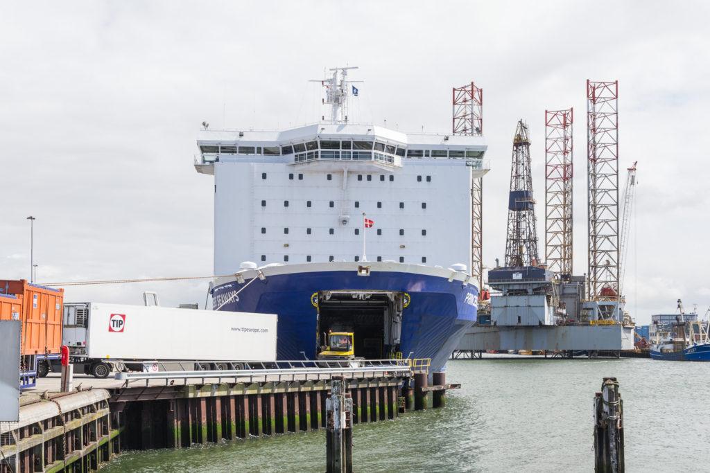 Beladung der Princess Seaways in Amsterdam