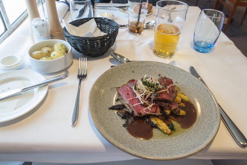 Hauptgang: Steak mit Mais und Kartoffeln auf der Princess Seaways
