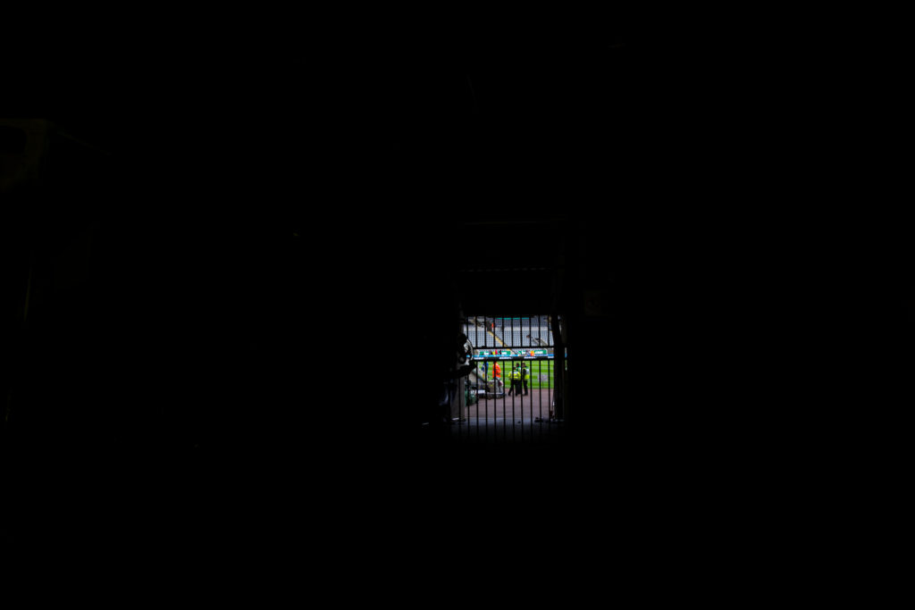 Blick durch einen Tunnel auf das Spielfeld