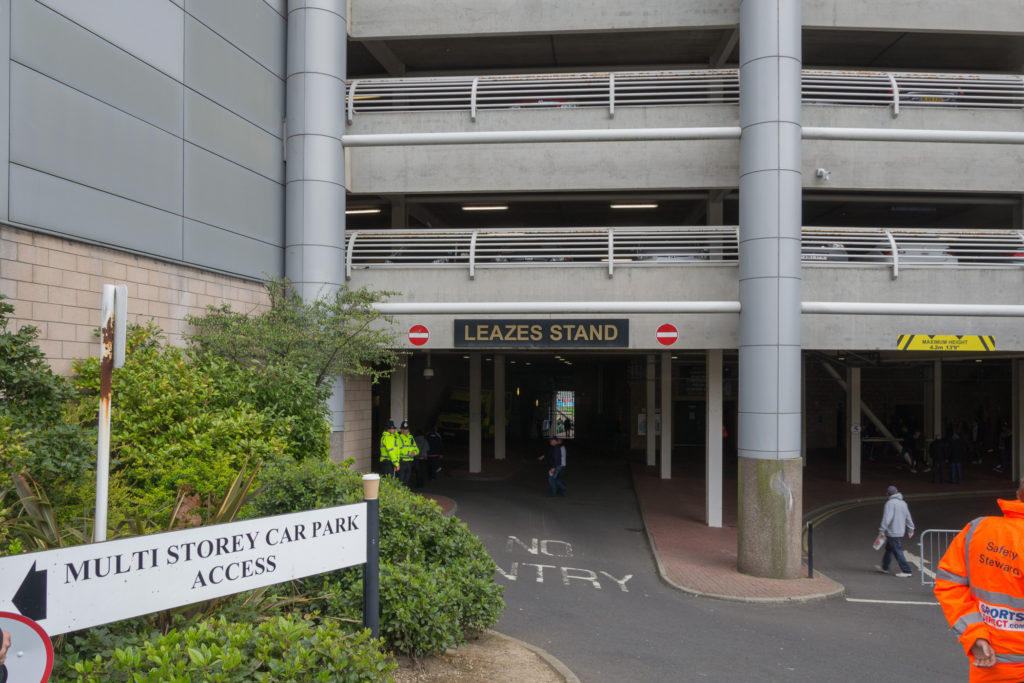 Leazes Stand mit Parkhaus des Stadions