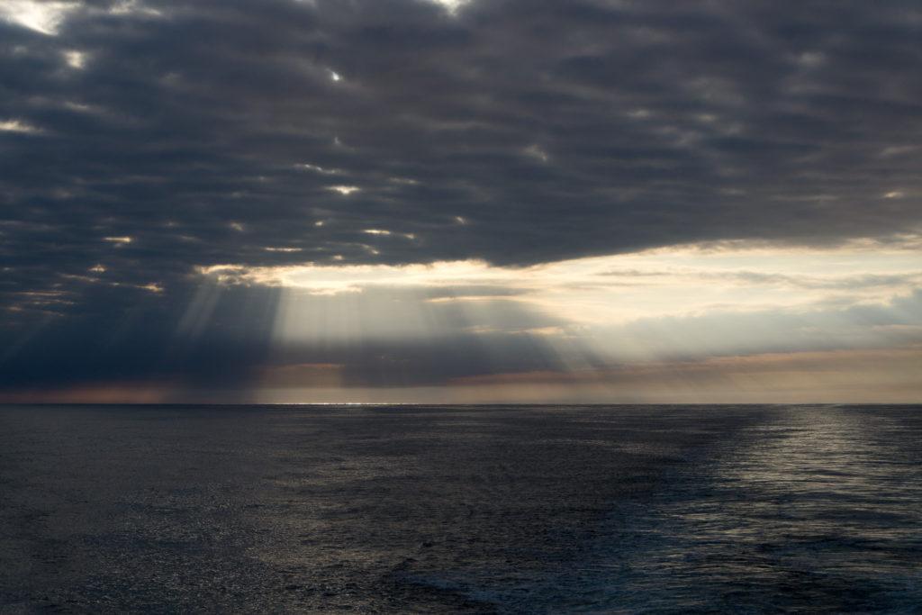 Noch einmal bricht die Sonne durch die Wolken auf der Nordsee