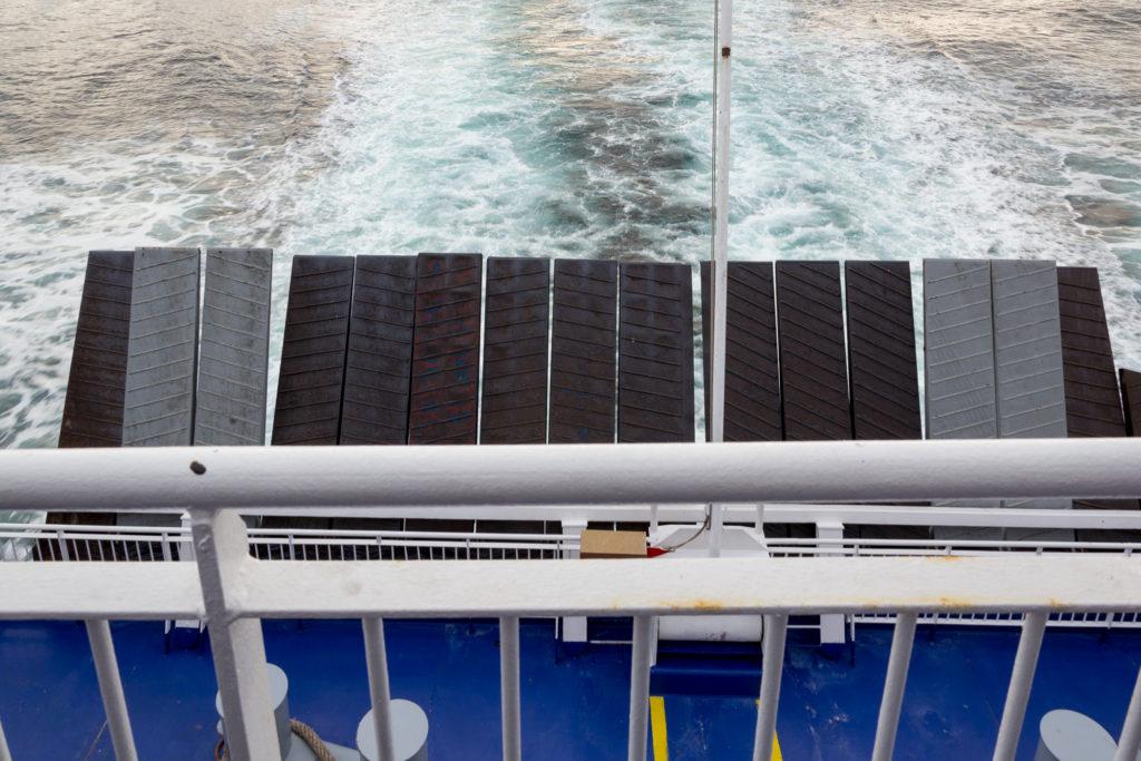 Hochgeklappte Einfahrt der Fahrzeuge auf die Fähre King Seaways