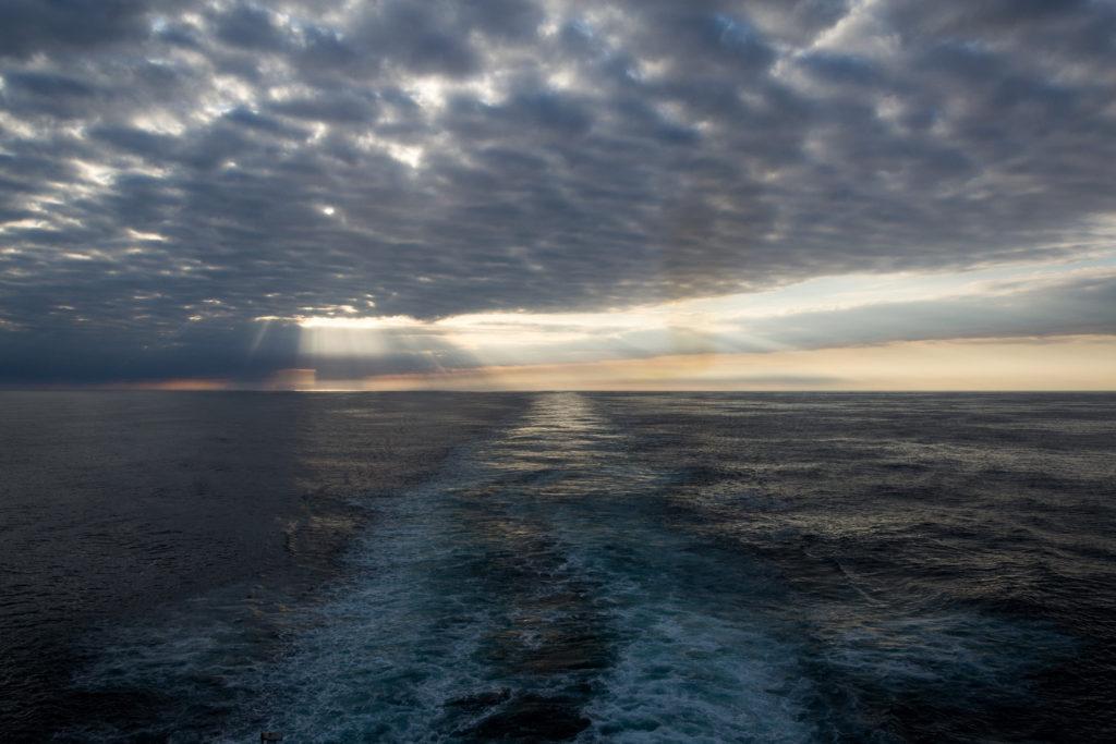 Sonnenuntergang mit Wolken auf der Nordsee