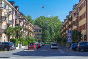 Schöne Straße in Zürich bei herrlichem Sonnenschein