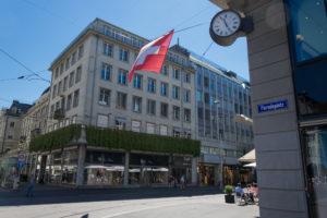 Schweizerflagge am Paradeplatz Zürich