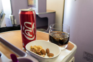 Trinken und Nüsse bei Thai Airways