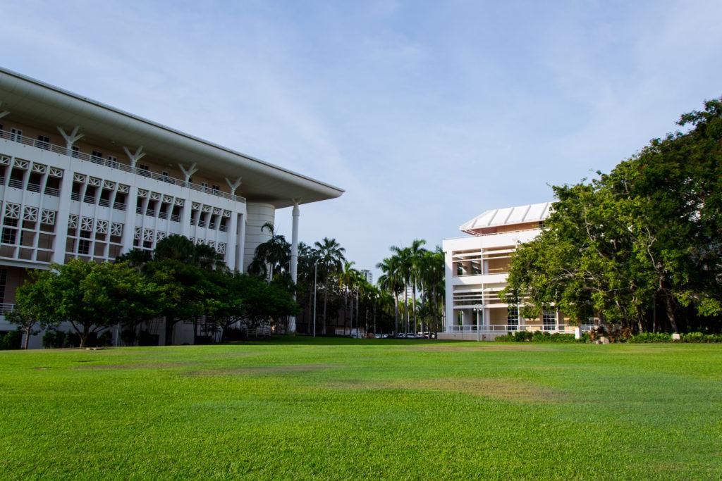 Wiese mit Regierungsgebäude in Darwin