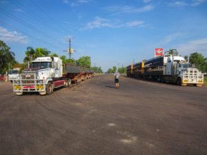 Zwei Roadtrains im Top End