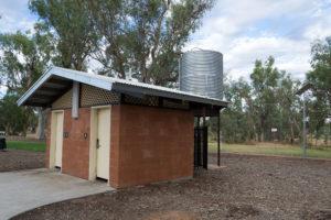 Öffentliche Toilette mit Wassertank in Alice Springs