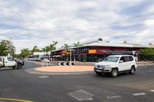 Verkehr bei Tag in Australiens Outback Stadt