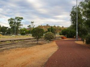 Spazieren gehen an der Bahnlinie vorbei