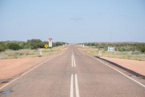 Straße ins leere Outback