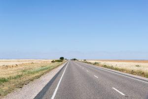 Sehr gerade Straßen weit in den Horizont in Süd Australien