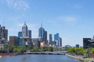Yarra River und Skyline Melbournes in tollem Sonnenschein