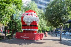 Weihnachtsmann aus Getränkekisten in Sydney