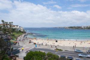 Blick von der Strandpromenade auf Bondi Beach
