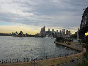 Blick auf Sydney mit der Harbour Bridge, dem Sydney Opera House und dem Hafen im Sonnenuntergang