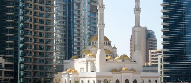 Kontrast: Moschee und Hochhäuser