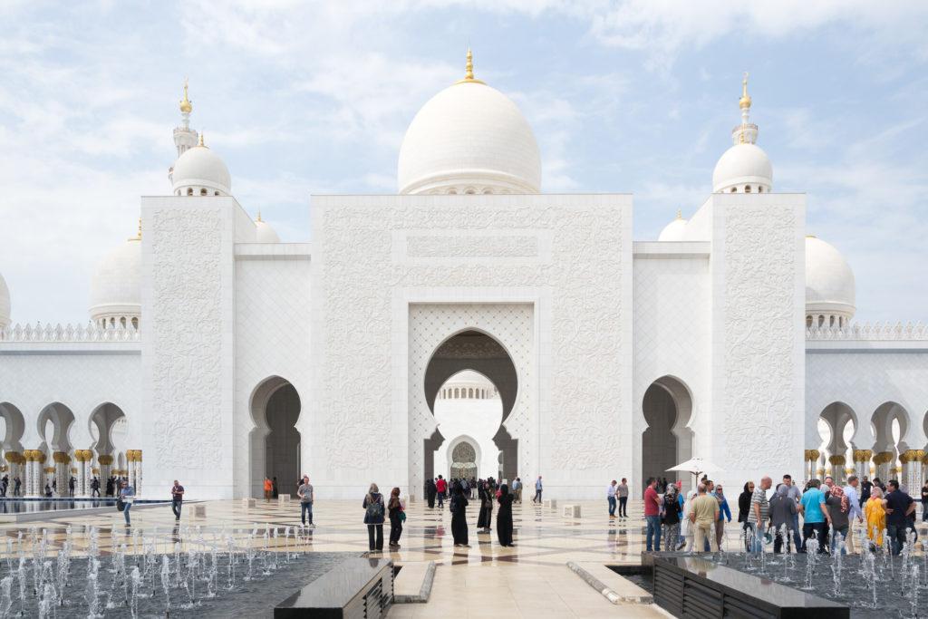 Blick auf den seitlichen Eingang der Scheich-Zayid-Moschee