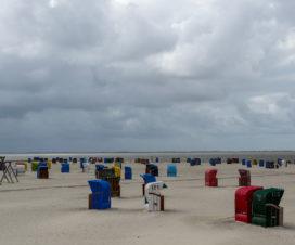 Es könnte so schön sein, Sand, Strand, Strandkorb, und Sonne. Doch die Sonne war nicht zu sehen.