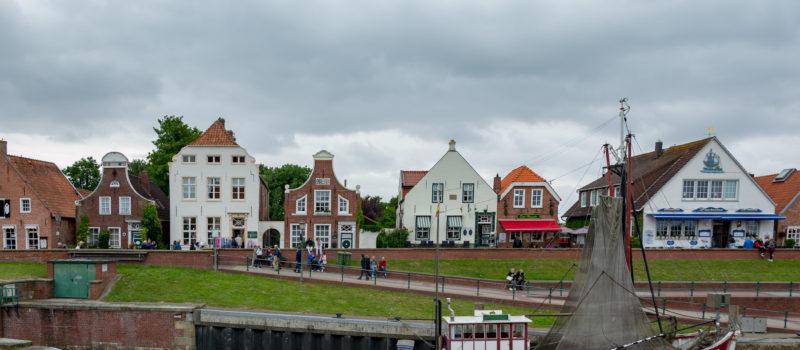 Ein schöner kleiner Hafen an der Küste. Greetsiel wartet mit schönen Häusern und ein paar Schiffen auf einen.