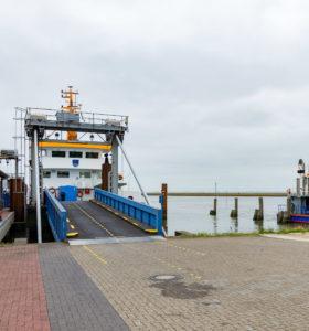 Fähre nach Langeoog mit Auffahrt für die Inselbahn Container - die Insel ist Autofrei