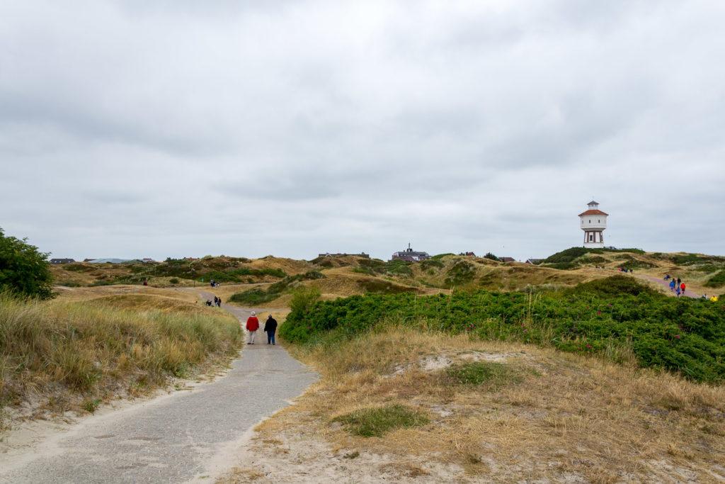 Spazierengehen auf dem Deich in Langeoog