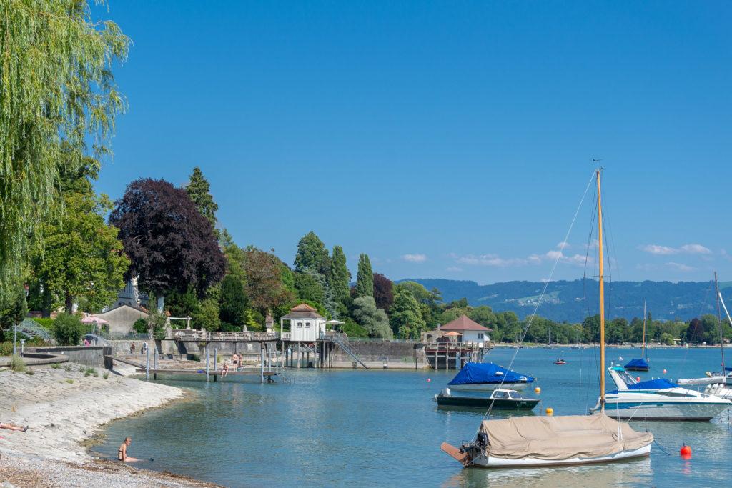 Schiffe auf dem Bodensee mit Blick Richtung Lindau und Pfänder