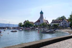 Kirche auf der Halbinsel Wasserburg (Bodensee) mit Blick auf den Bodensee zur Kirche.