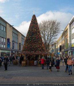 Riesen Weihnachtsbaum in Bristols Innenstadt