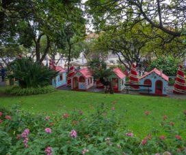 Kleine Häuse im Park in Funchal zur Weihnachtsdekoration