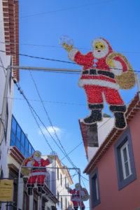 Weihnachtsschmuck in Madeiras Straßen - Weihnachtsmann