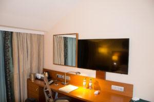 Schreibtisch mit TV im Hilton Garden Inn Frankfurt Flughafen